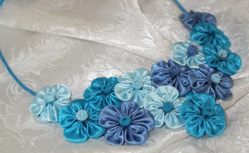 Collana kanzashi fatta a mano con fiori colore azzurro