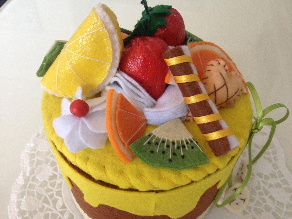 Scatola torta in feltro decorata con panna fragole biscotti in feltro