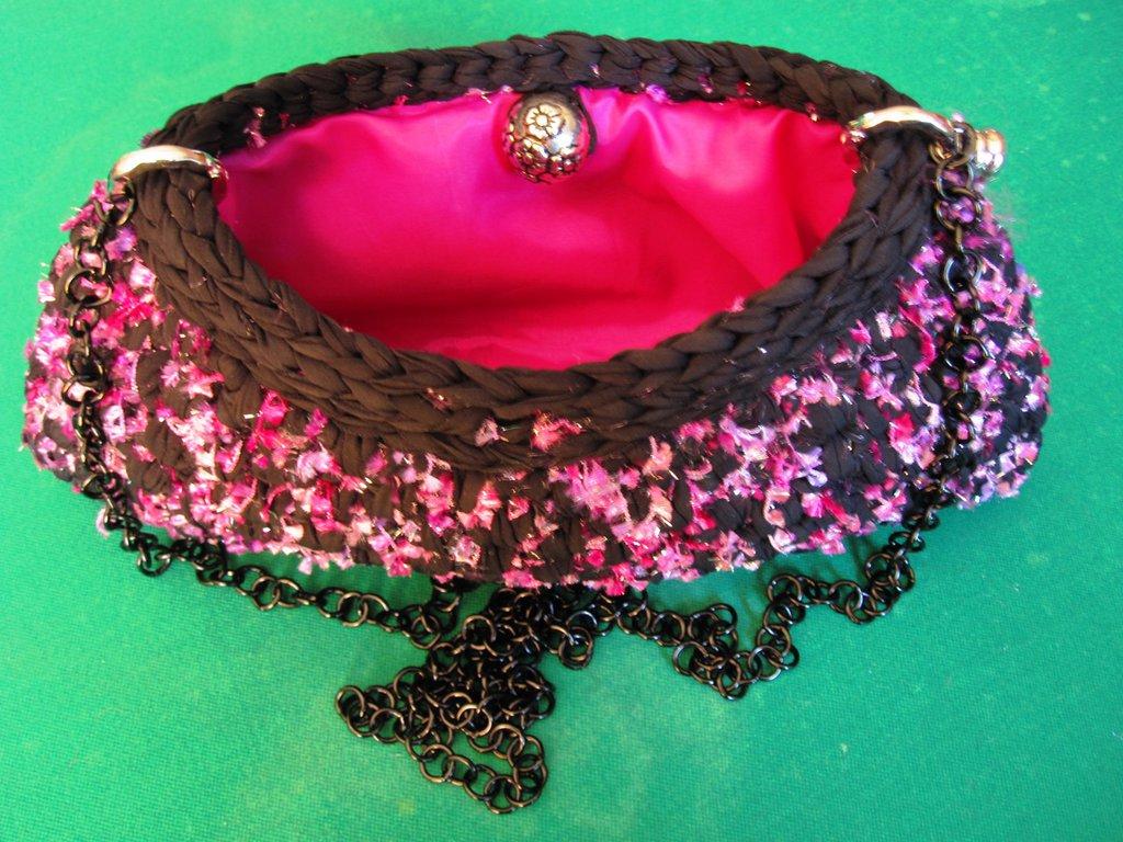 Pochette in fettuccia nera e lurex rosa shocking