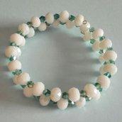 Bracciale memory wire con pietre bianche opalescenti e cristalli bicono verde acqua