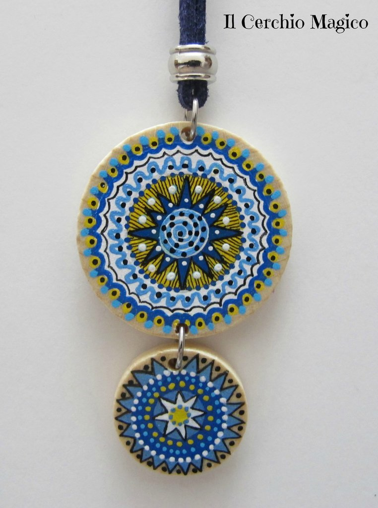 Collana mandala con doppio ciondolo rotondo in legno dipinto a mano