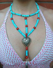 Collana in pasta di turchese e madrepora con cuore e ciuffo di metallo fatta a mano - necklace turquoise paste and madrepora with heart and metal clump handmade.