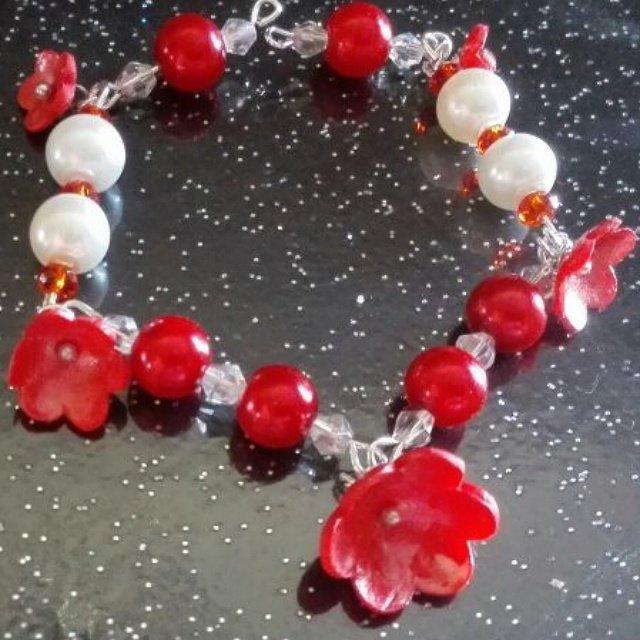 Bracciale con fiori rossi in fimo e perle e cristalli in bianco e rosso