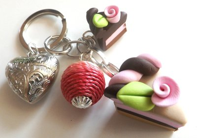 Portachiavi goloso con fette di torta e ciondolo cuore e pallina in corda colorata