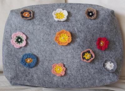 Grande borsa con cerniera:tablet,trucco,biancheria.Feltro.Applicati 10 fiori-UNCINETTO (lana, seta,cotone)-10 perle in plastica.Hand made