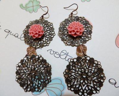 Orecchini pendenti vintage in filigrana con dahlia in resina