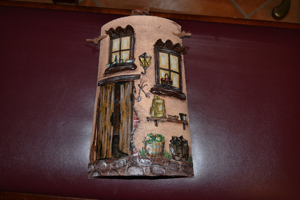 tegola di terracotta decorata a mano