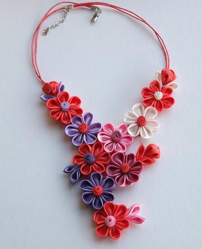 Collana kanzashi fatta a mano con fiori colore corallo, rosa, lilla, bianco