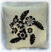 Cuscino bianco fiori marroni