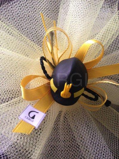 Bomboniera in tulle giallo e avorio decorata con elmetto da vigile del fuoco interamente realizzato a mano