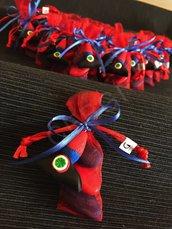 Bomboniera a sacchetto in organza rossa decorata con cappello da carabiniere interamente realizzato a mano