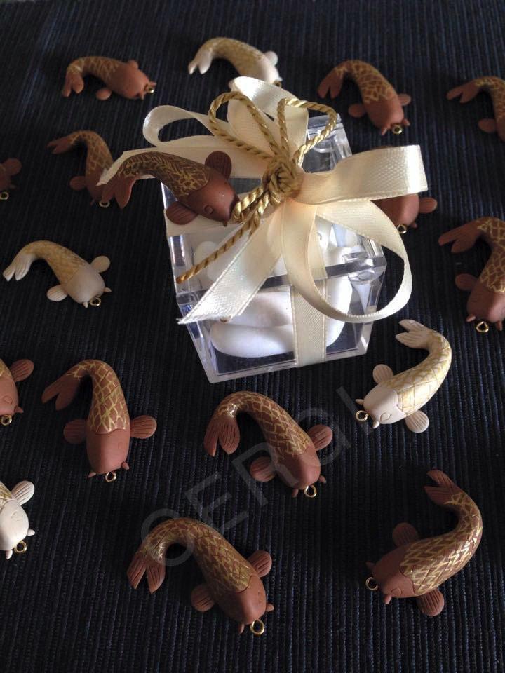 Pesce interamente realizzato e decorato a mano in pasta FIMO e china oro, ideale per decorare le vostre bomboniere