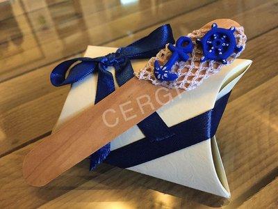 Paletta segnalibro in legno decorata con oggetti realizzati a mano in pasta FIMO ideale per decorare le vostre bomboniere