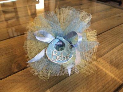Bavaglino interamente realizzato e decorato a mano in pasta FIMO ideale per decorare le vostre bomboniere