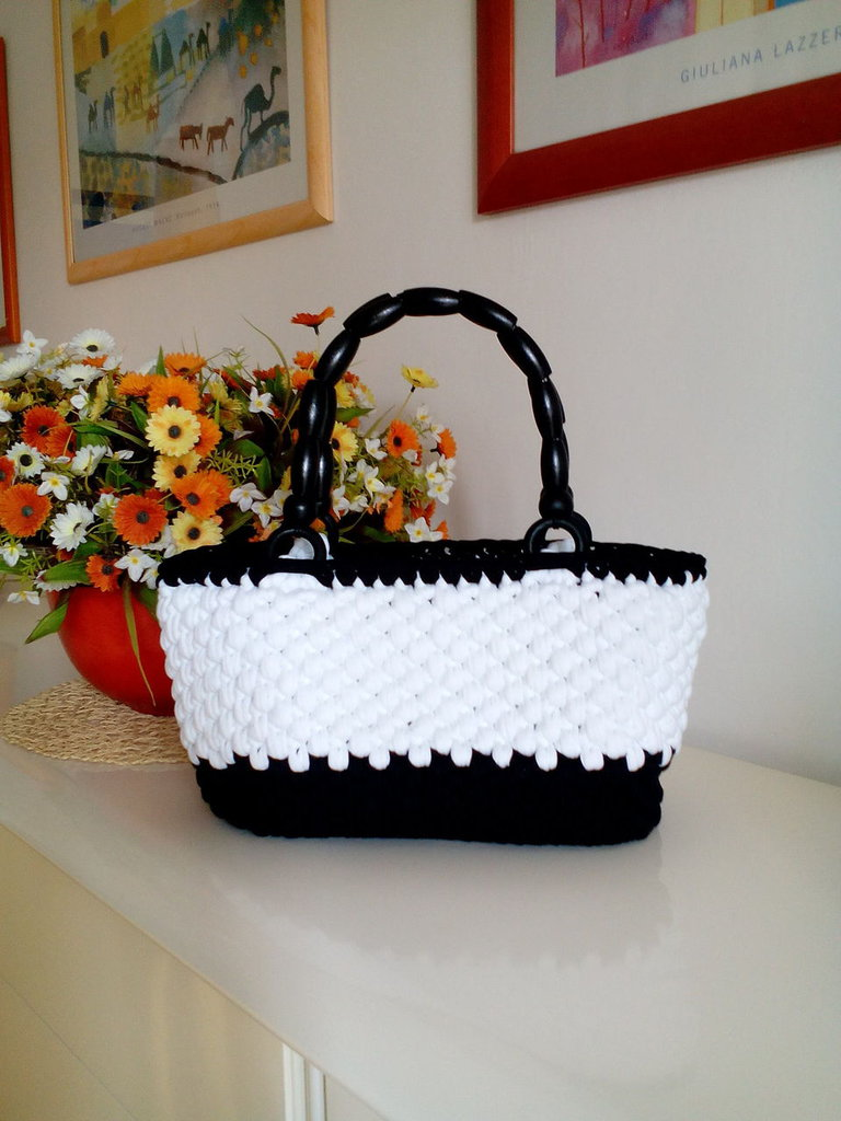 borsa bianca e nera in fettuccia realizzata all'uncinetto