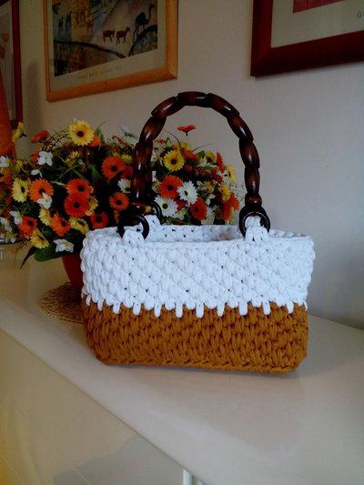 borsa bianca e senape in fettuccia lavorata a mano