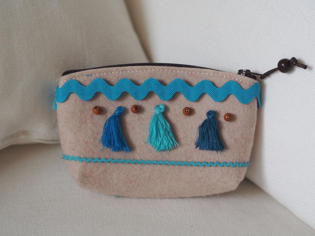 Pochette in feltro beige con nappine,passamaneria e perle in legno.Toni del blu,azzurro,turchese