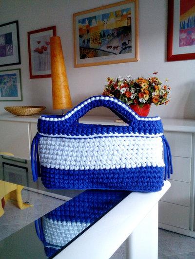 borsa blu viola e bianca in fettuccia lavorata all'uncinetto