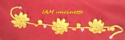 Braccialetto in cotone giallo lavorato all'uncinetto con fiori e foglioline