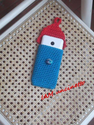 Porta cellulare all'uncinetto in cotone azzurro e rosso
