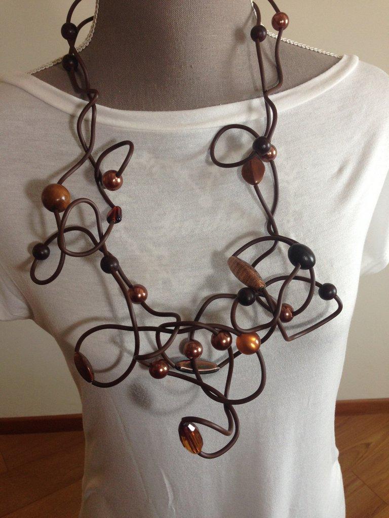 Maxi collana in silicone marrone con perle di varie forme e materiali