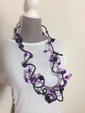 Maxi collana in silicone nero e viola con perle di varie forme e materiali