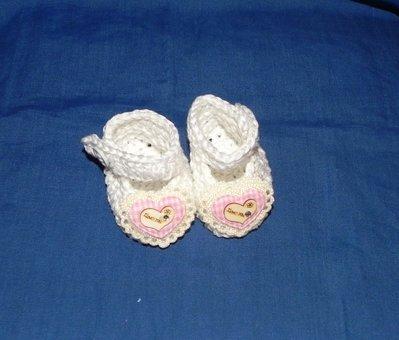 Scarpette bimbi realizzate ad uncinetto in cotone 100% bianche con cuoricino