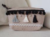 Pochette in feltro beige con nappine,passamaneria ,pizzo e perle .Toni del bianco,grigio e nero.
