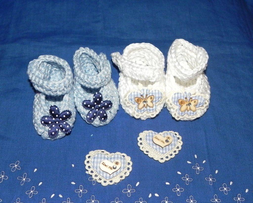 Due paia di scarpette polacchine realizzate ad uncinetto in cotone