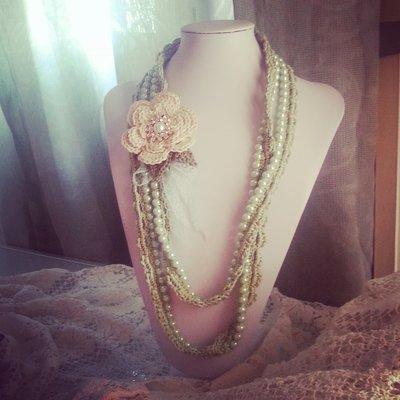 Collana si perle rivestita all'uncinetto