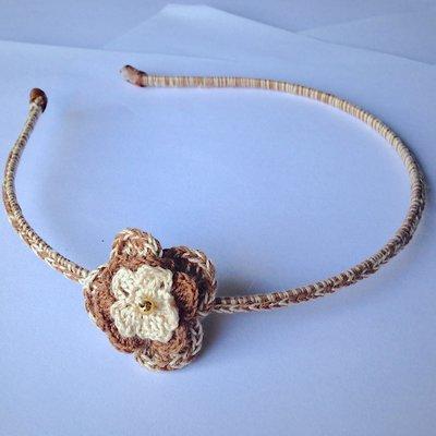 Cerchietto vintage con fiorellino marrone e beige, fatto a mano all'uncinetto