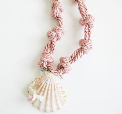 collana in corda con conchiglia