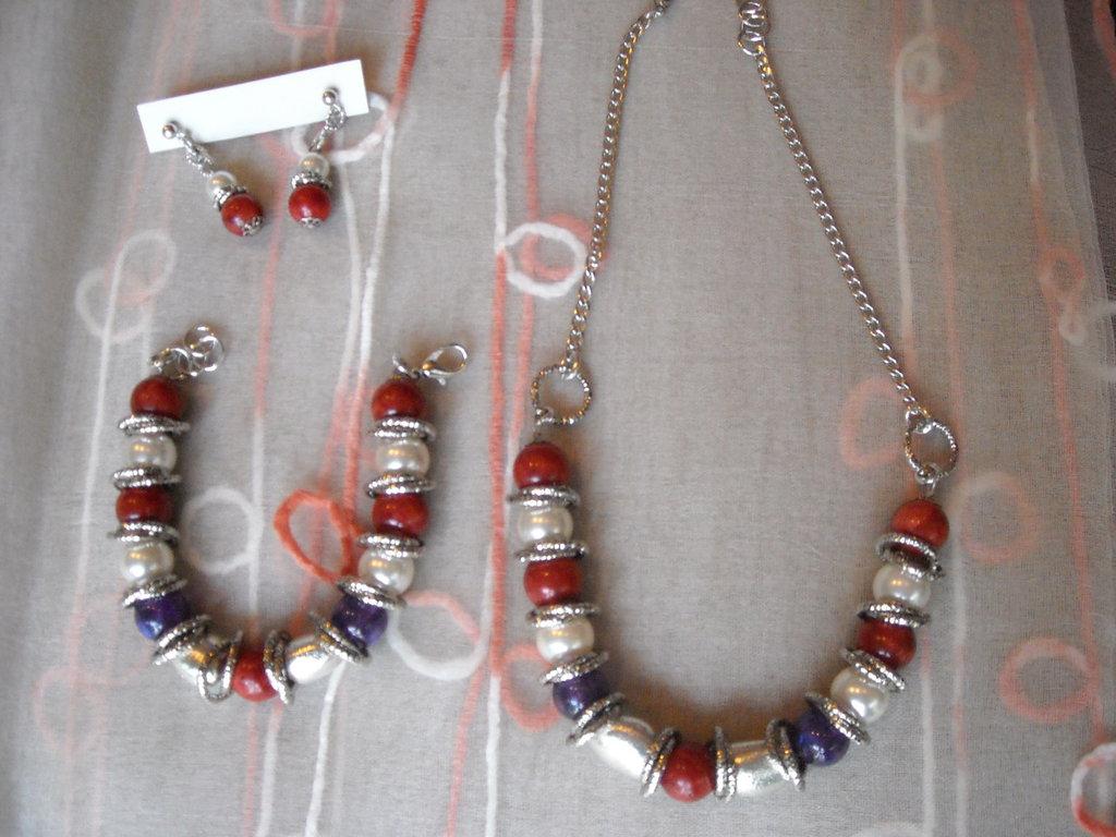 Parure sfavillante! toni: corallo, perla, viola.