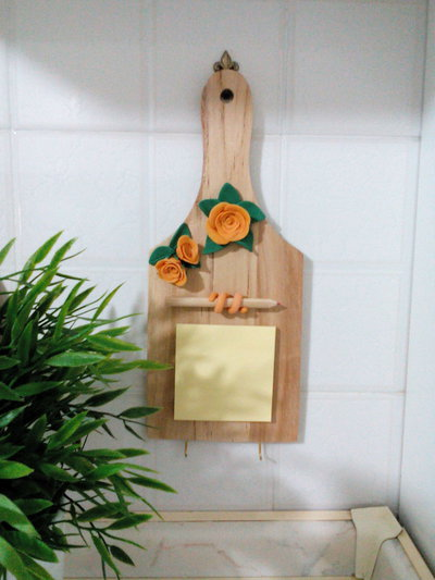 Tagliere porta canovacci decorato con roselline in pasta di mais