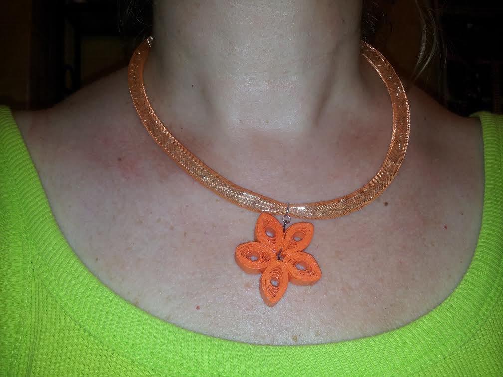 Collana girocollo arancione in tubolare con perline e pendente in carta quilling