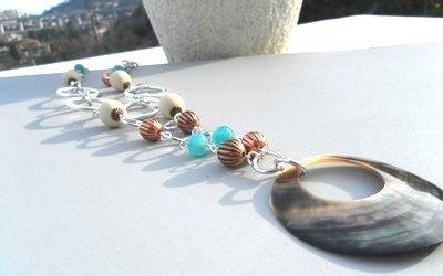 Collana con ciondolo in madreperla,perline in vetro,legno e rame idea regalo