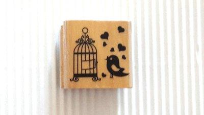1 timbro legno uccellino con gabbia