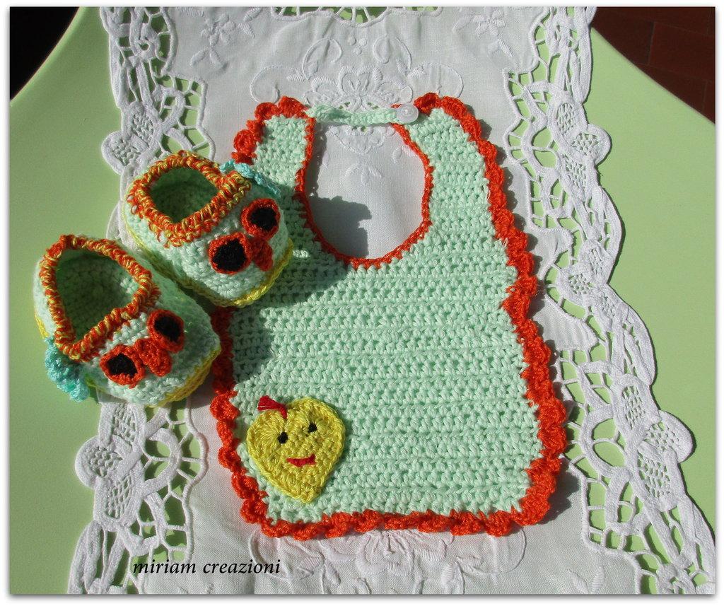Bavaglino e sandali a forma di gufetto per neonato