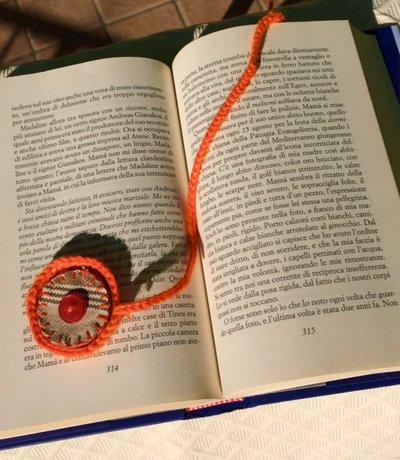 segnalibro in lana con bottone