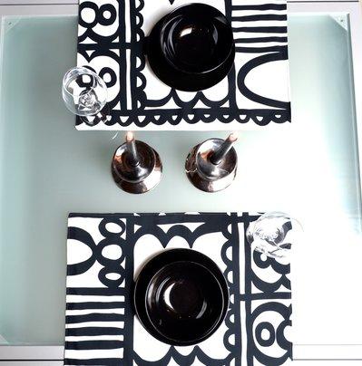 Set di tovagliette bianche e nere