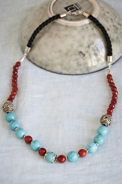 Collana in stile etnico con perle tibetane in argento.