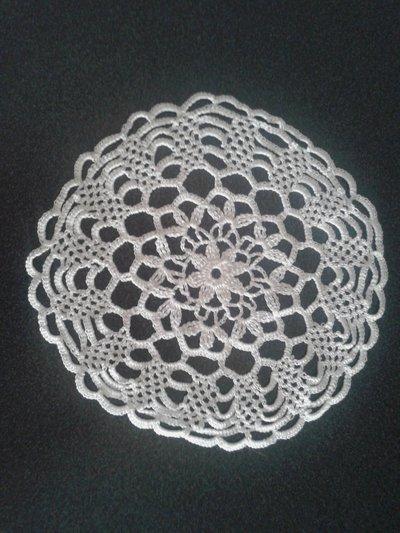 Centrino floreale rotondo, color bianco