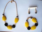 Parure giallo e nero. Girocollo, bracciale, orecchini, finiture dorate.