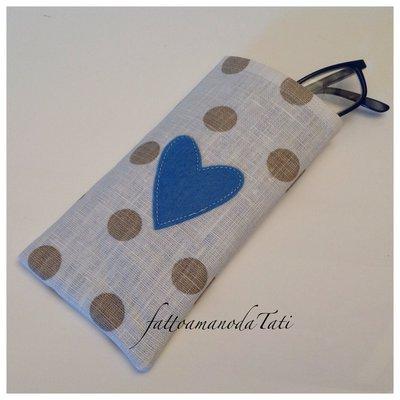 Porta occhiali in cotone plastificato a pois con cuore azzurro
