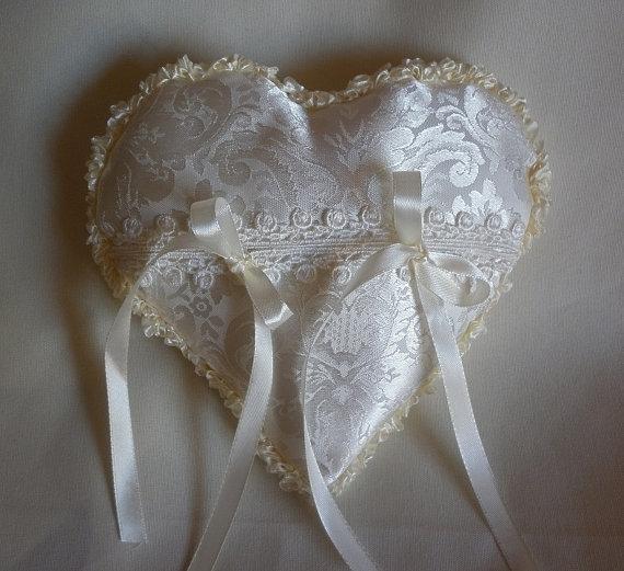 cuscino cuscinetto porta fedi in raso, cuore bianco avorio, accessori sposa, portafedi, cuscino per le fedi nuziali, anelli