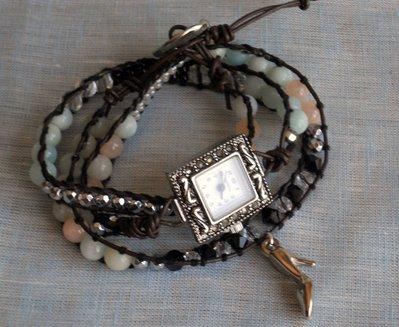 Orologio da donna con bracciale avvolto  in cuoio greco,fatto a mano.