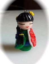 Ciondolo giapponesina in fimo con ombrellino