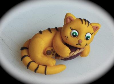 Gattino giallo tigrato su cuscino