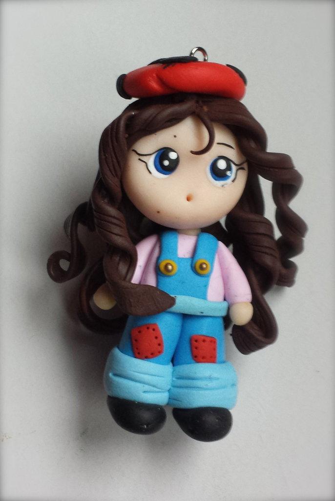 Ciondolo bambolina in tuta azzurra