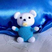 Orsetto bebè amigurumi bianco e azzurro con ciuccio, fatto a mano all'uncinetto